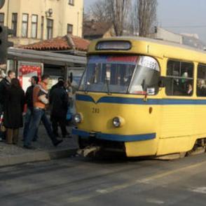 Uprava za indirektno oporezivanje je otkazala za sutra najavljenu aukciju na kojoj je trebala biti izvršena prodaja 8 tramvaja i 28 autobusa KJKPGRAS d.o.o. iz Sarajeva i to na rok od dva mjeseca.