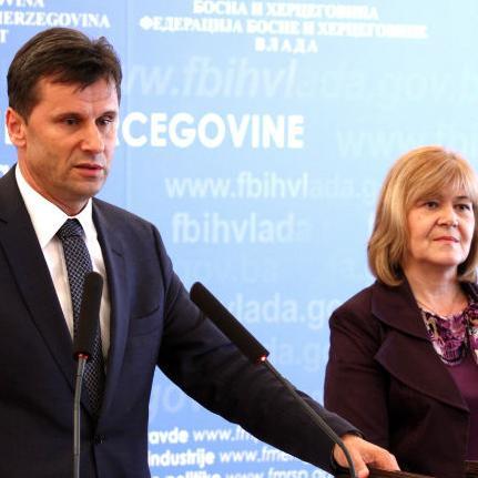 Na sjednici Vlade Federacije BiH jučer u Sarajevu predstavljen je model reorganizacije federalne uprave, dok su preduzeća koja su u većinskom vlasništvu Vlade FBiH svrstana u tri kategorije.