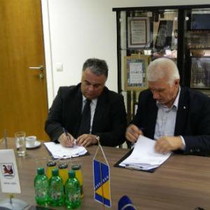 Općina Ilidža i JU Dom zdravlja Kantona Sarajevo u prostorijama Općine Ilidža, 11. novembra 2015. godine potpisali su Sporazum o namjenskom korištenju sredstava za nabavku stomatološke stolice, mobilijara za Pneumoftiziolški dispanzer.