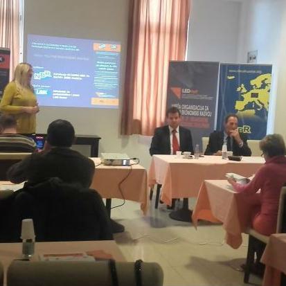 Na današnjem skupu bit će predstavljena Analiza parafiskalnih naknada provedena na području 15 općina sjeveroistočne BiH.