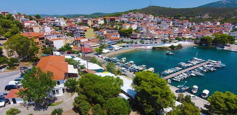 Neos Marmaras poznat po izvrsnoj gradskoj plaži i aktivnom noćnom životu