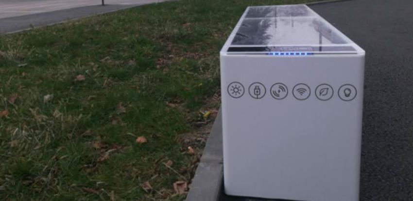U Lukavcu postavljene pametne solarne klupe koje omogućavaju punjenje uređaja