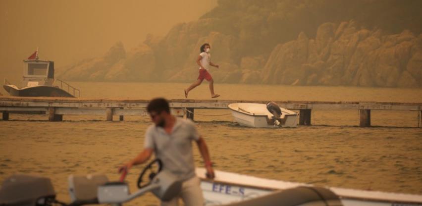 Zastrašujuće scene u Turskoj, turisti se evakuišu čamcima i brodovima
