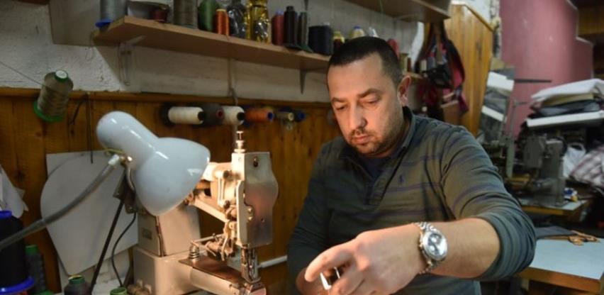 Kožar Aurelije Ševčuk izrađuje torbe u očevoj radnji staroj pola stoljeća