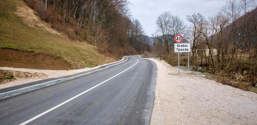 U hadžićkim naseljima postavljena nova saobraćajna signalizacija