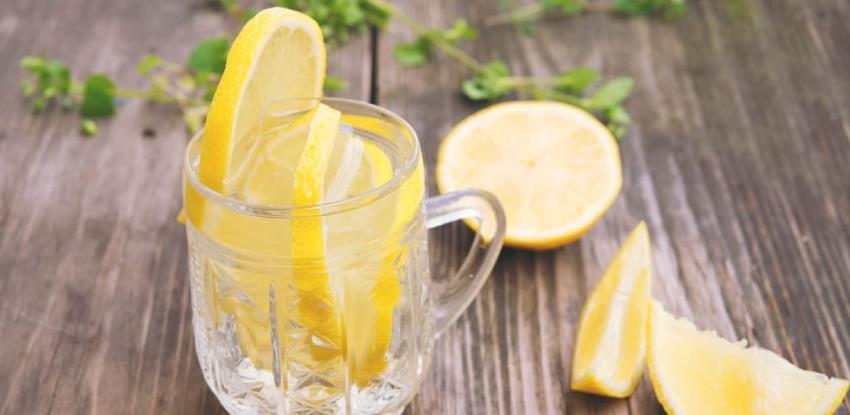 Je li voda s limunom natašte zaista zdrava za organizam?