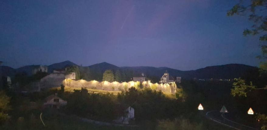 Osvijetljen Stari grad Ostrožac