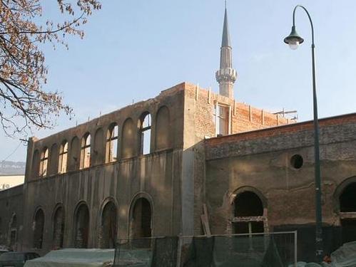 Postavlja se krovna konstrukcija na Isa-begov hamam