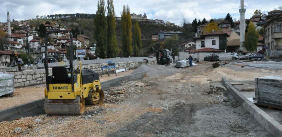 Pripreme za asfaltiranje saobraćajnice oko podzemne garaže