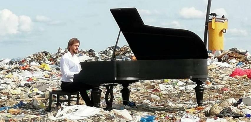 Ruski pijanista svirao na vrhu deponije smeća skrećući pažnju na ekologiju