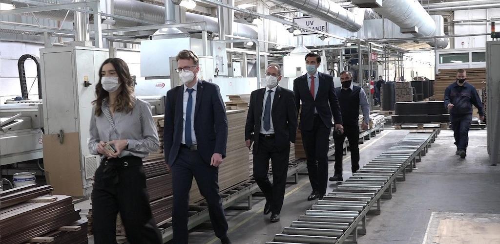 """Švajcarski ambasador posjetio """"Standard"""": Fabrika se okreće energetskoj efikasnosti"""