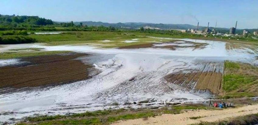 Ekološka katastrofa u Lukavcu: Izlio se sadržaj taložnice fabrike sode
