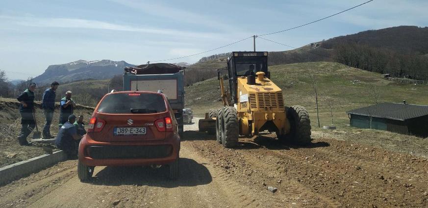 Mašine na terenu: Radi se sanacija puta prema Šabićima