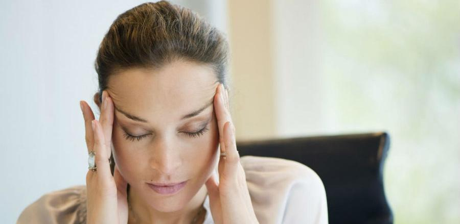 Zaustavite glavobolju na prirodan način masirajući strateške točke na glavi