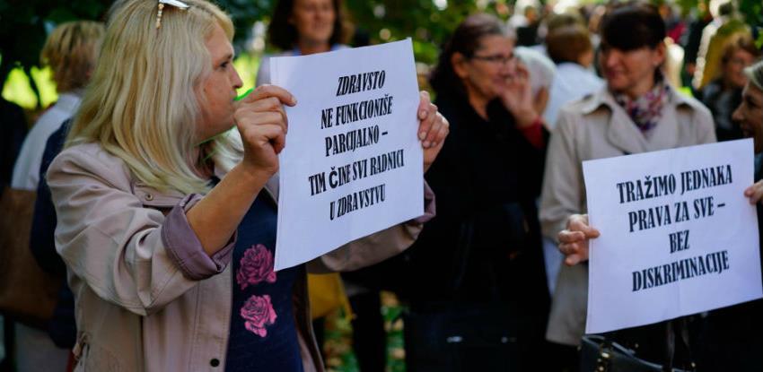 Masovni protesti zdravstvenih i prosvjetnih radnika pred Vladom KS