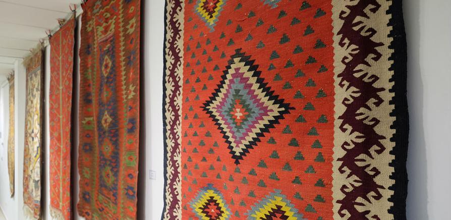Izložba stare serdžade sarajevskih džamija u Galeriji Novi Grad