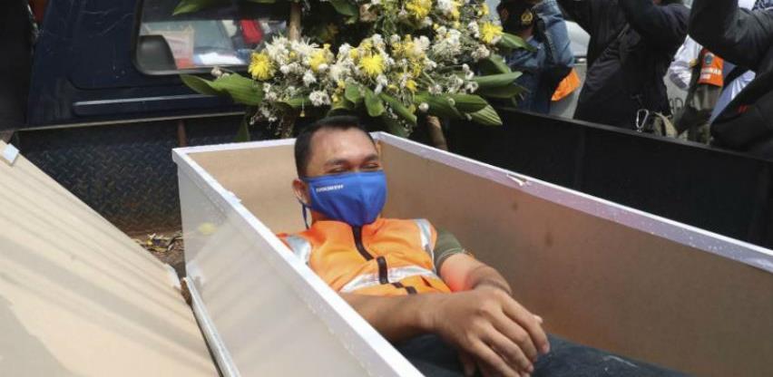 Ko ne nosi masku plaća kaznu ili leži minut u mrtvačkom kovčegu