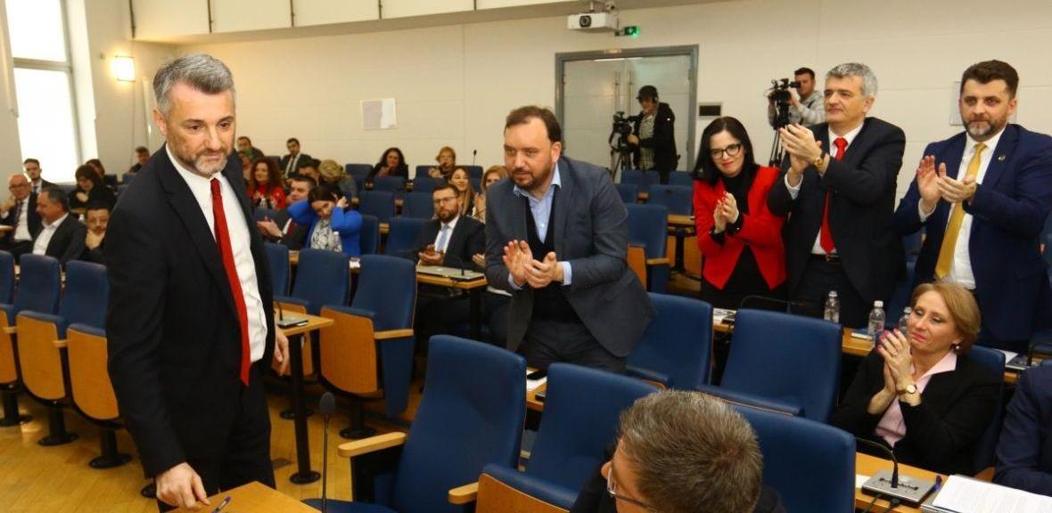 Suze za kraj: Emotivan oproštaj ministara i premijera na sjednici Skupštine