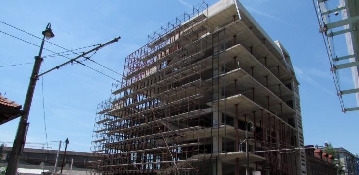 Postavlja se fasada na tri strane objekta ASU, za četvrtu nema novca