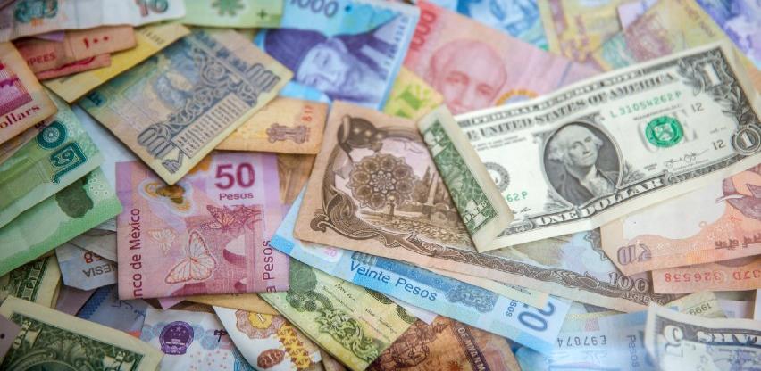 Funta ojačala, dolar oslabio