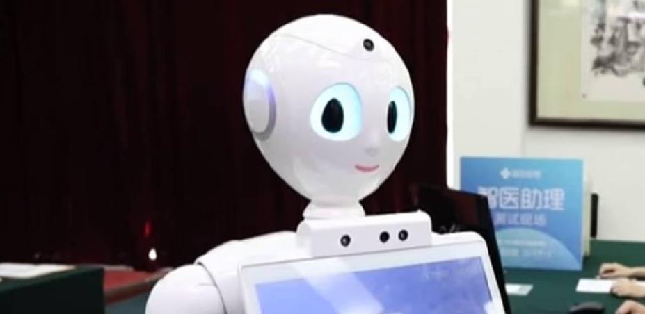 U zaštiti ljekara od koronavirusa Kina stvorila robota koji pregleda pacijenta