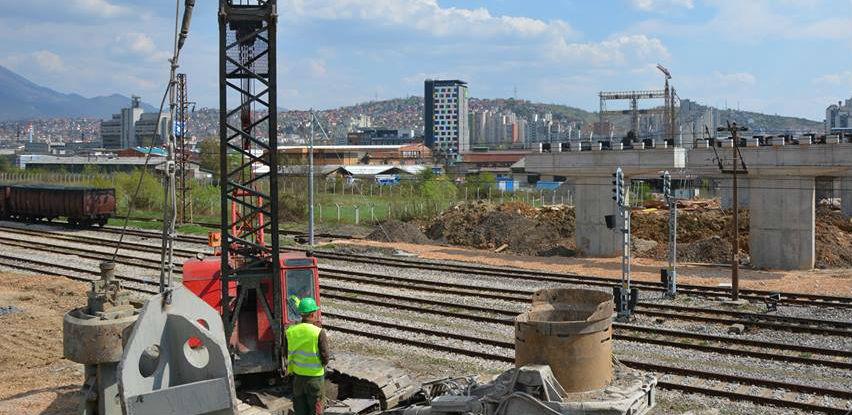 U toku postavljanje posljednjih stubova za izgradnju mosta na 9. transverzali