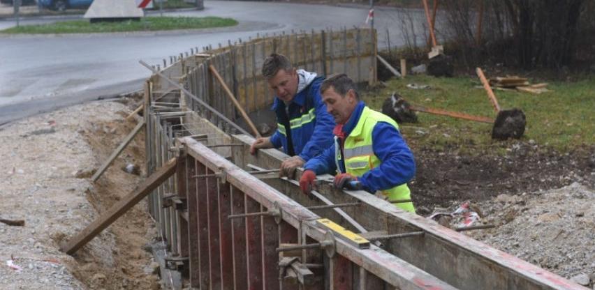 Bosman radi na proširenju saobraćajnice u naselju Muharemovići na Nahorevu