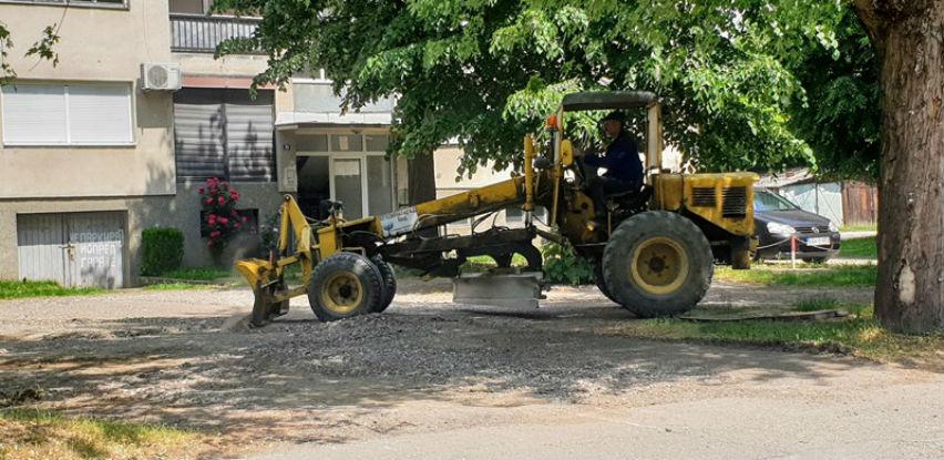 Počelo nasipanje i ravnanje makadamskih ulica u Opštini Brod