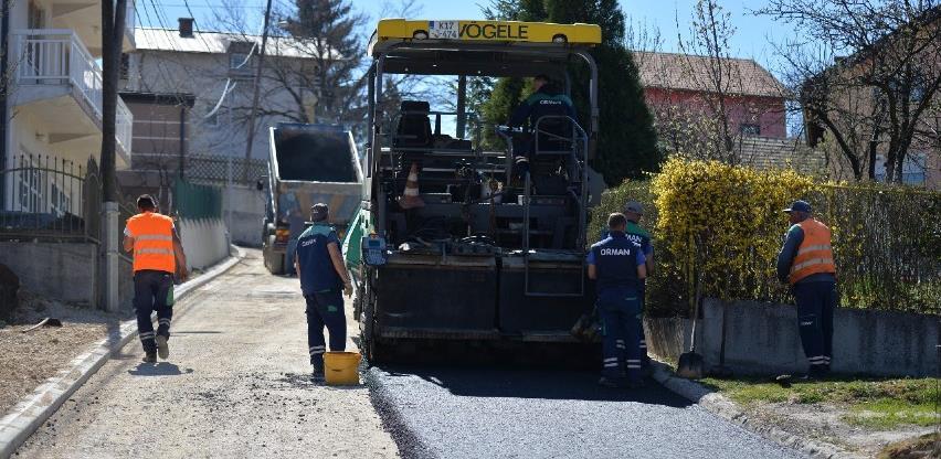 Završavaju se radovi na asfaltiranju ulice u naselju Zabrđe