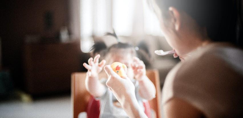 Sa bh. tržišta se povlače stolica za hranjenje i nosiljka za bebe