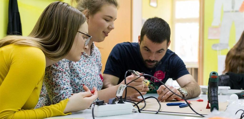 400.000 KM za opremanje STEM učionica u pet škola