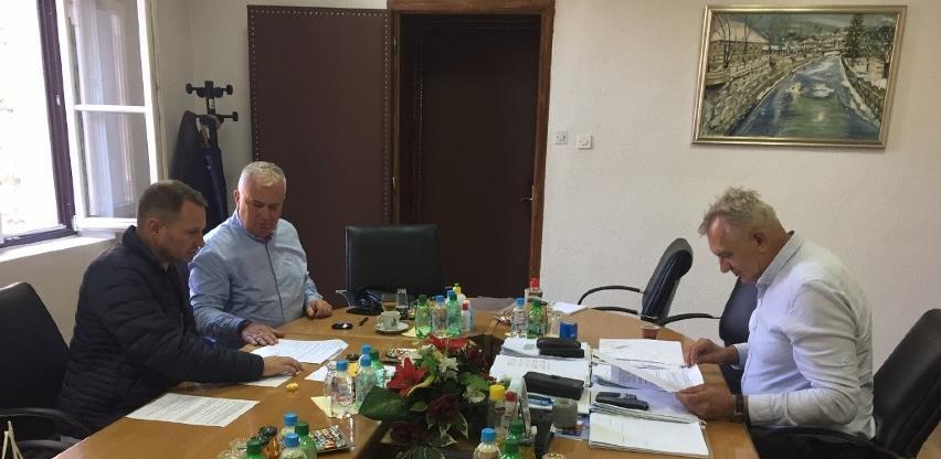 Potpisivan ugovor o izvođenju radova na izgradnji lokalne infrastrukture u Kladnju
