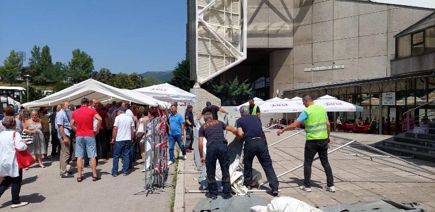 FUCZ postavila tunel od šatora ispred ulaza u Zetru koji će služit kao zaštita od sunca