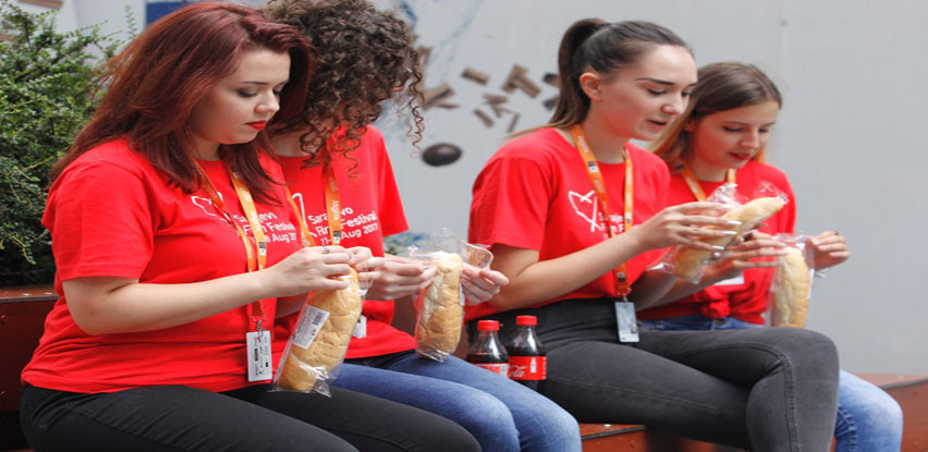 Klas priprema obroke za volontere Sarajevo Film Festivala