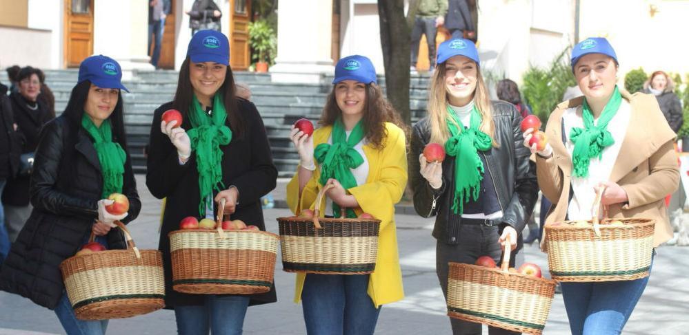 Poklon - jabukom Hoše komerc čestitao Sarajlijama 6. april