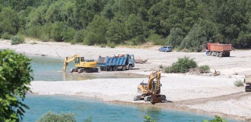 Strojevi nelegalno vade šljunak iz korita Neretve u Čapljini