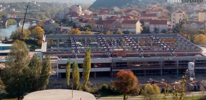 Počelo postavljanje krovnog lima na zatvorenom bazenu u Trebinju