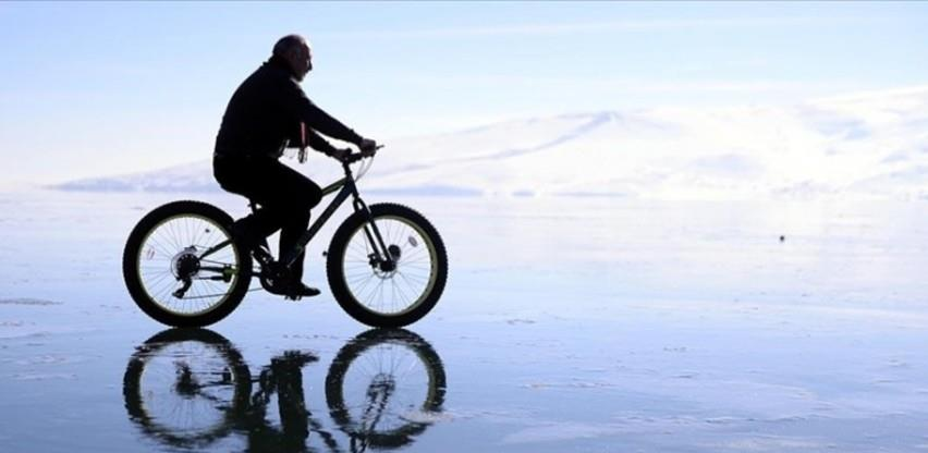 Vožnja biciklom po zaleđenom jezeru u Turskoj atrakcija za turiste