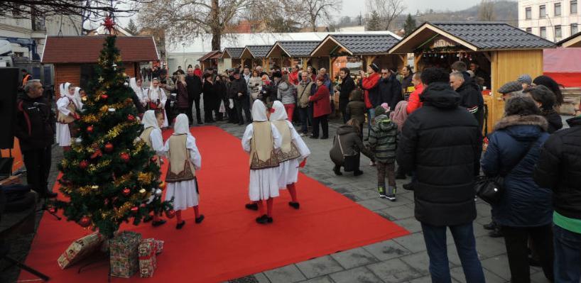 Na Trgu slobode svečano otvoren novogodišnji bazar Zimska čarolija