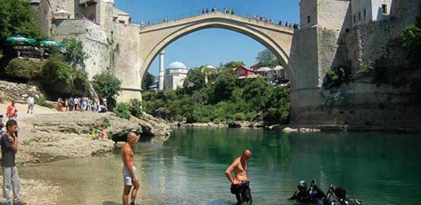 """""""Šlaufijada"""" se vraća u Mostar, niz Neretvu nogama, rukama i papučama"""
