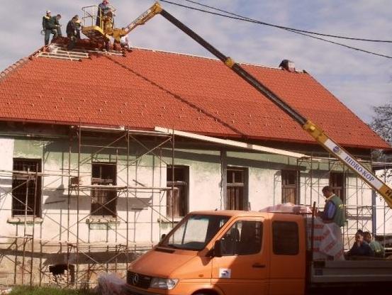 Stara škola u Razboju dobila novi krov
