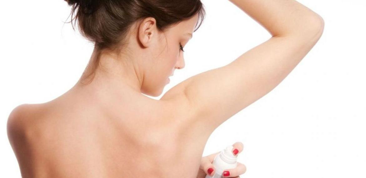 Evo zašto ne trebate koristiti dezodorans ujutru