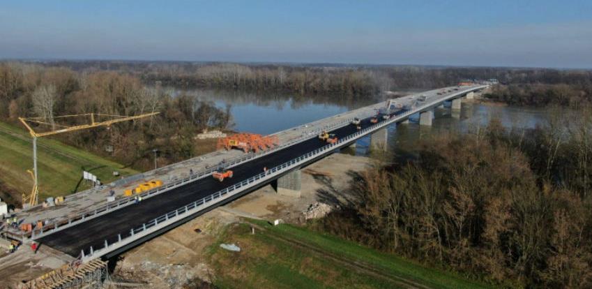 Počelo asfaltiranje mosta Svilaj, bit će gotov do kraja godine