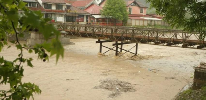Voda odnijela pješački most u Čelincu