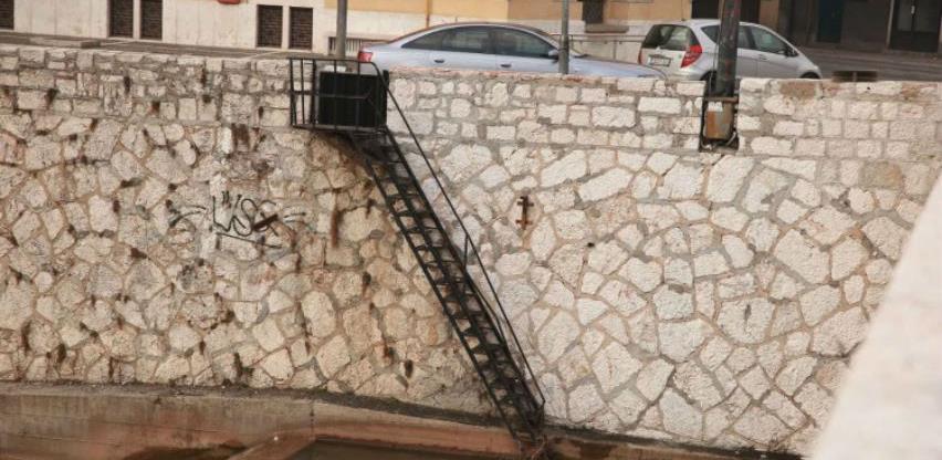 U toku pjeskarenje zidova korita rijeke Miljacke