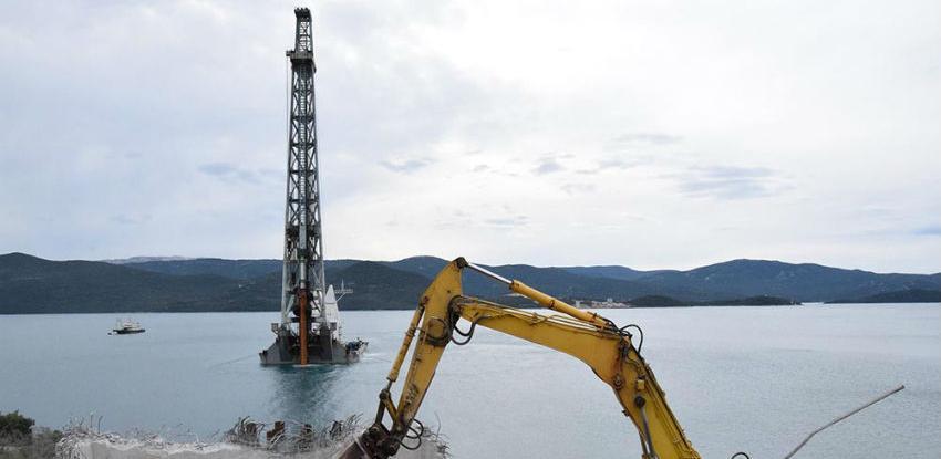Na gradilištu Pelješkog mosta u podmorje zabijen prvi probni 'pilot'