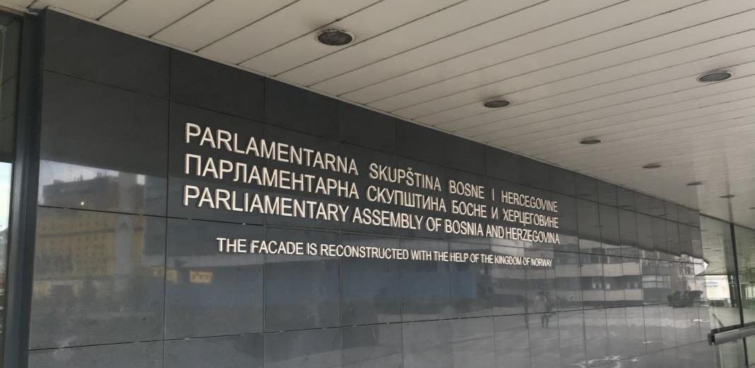 Nabavke u vrijeme korone: Parlament BiH mijenja tepihe, namještaj i automobile