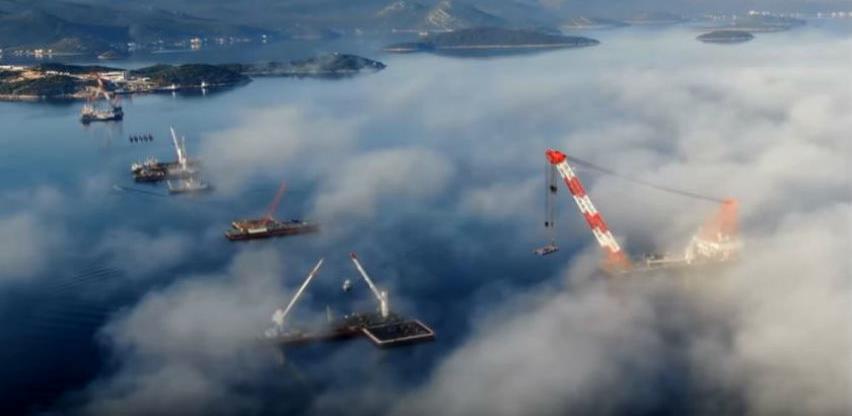 Stubovi budućeg Pelješkog mosta izronili iz Jadrana (Video)