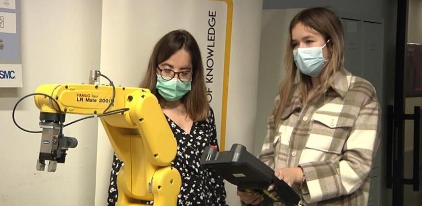 Bosanke koje upravljaju robotima