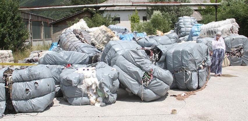 """Šleper smeća iz Italije """"zarobljen"""" u Busovači, građani ne dozvoljavaju istovar"""